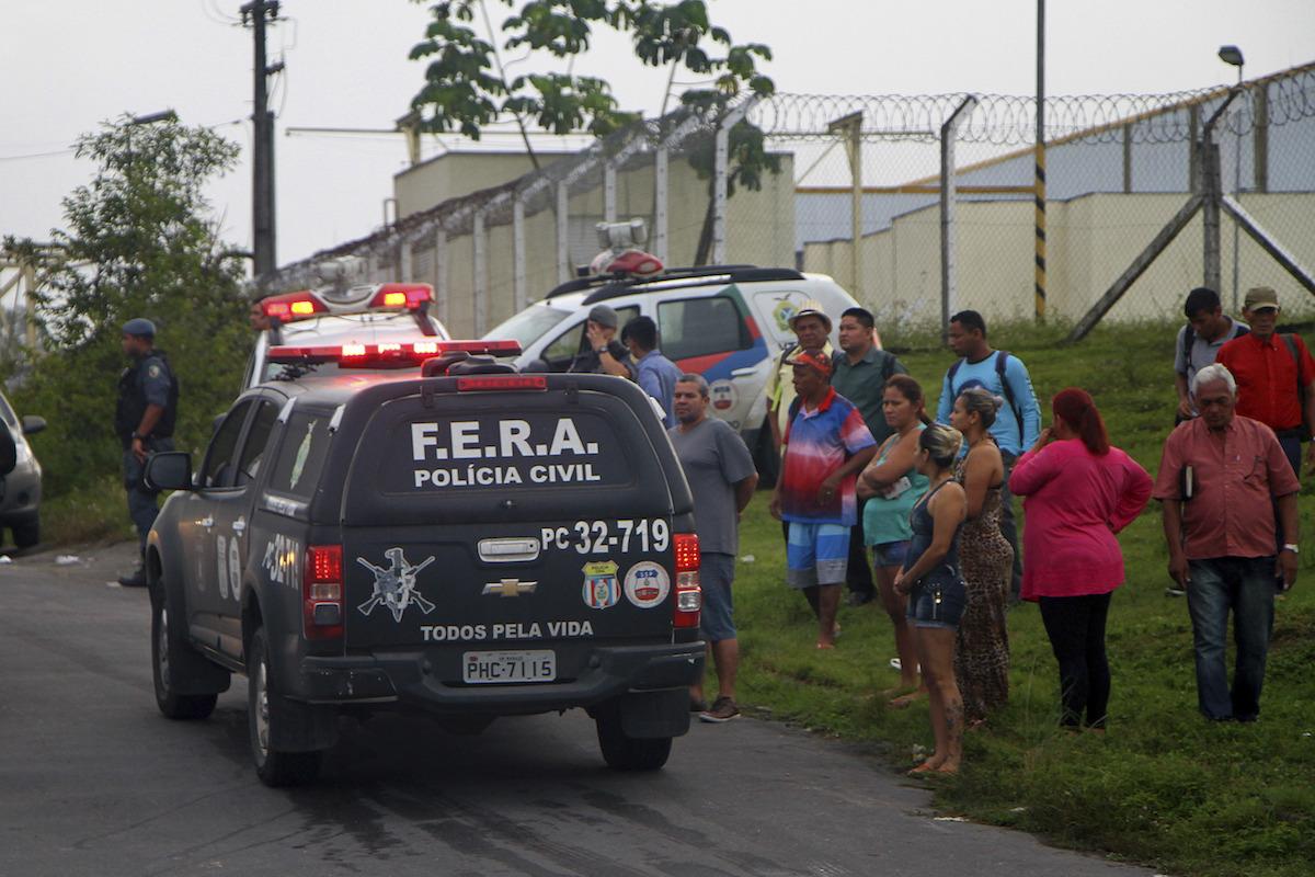 Familiares de los reclusos esperan noticias. Foto: AP
