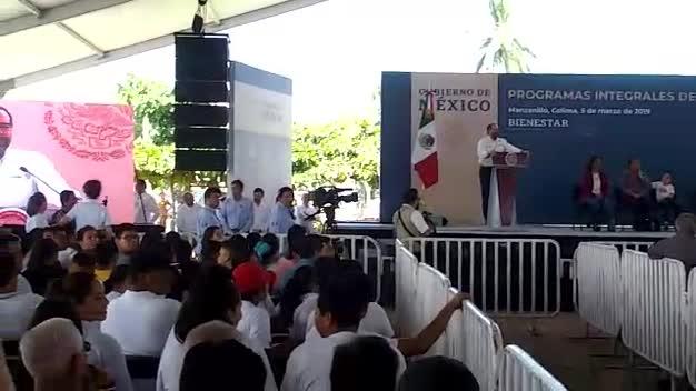 abuchean a gobernador de Colima