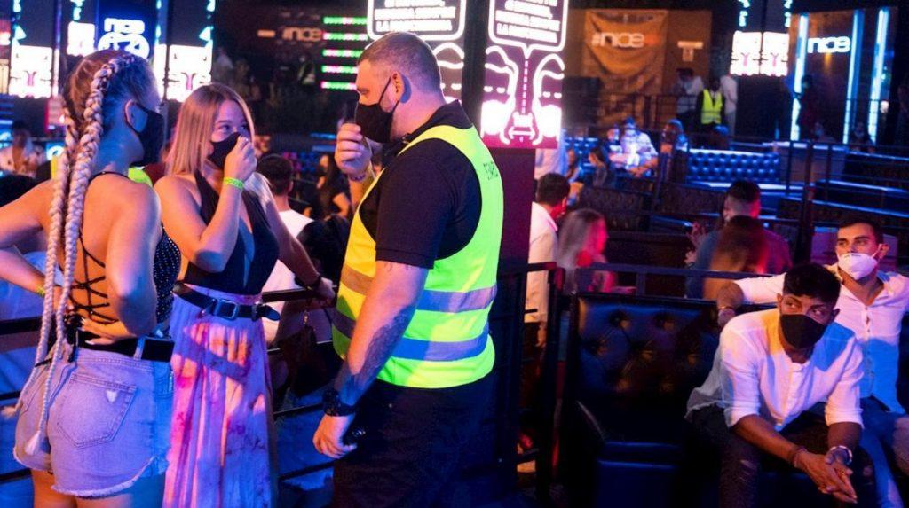 Italia ordena cierre de discotecas y mascarilla obligatoria