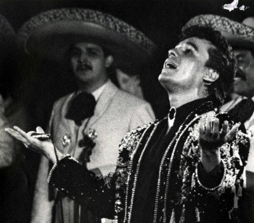 Un día como hoy pero de 1950, nació Juan Gabriel