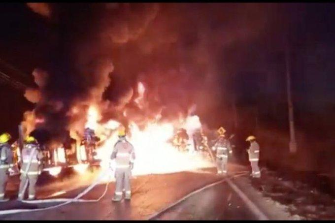 Autotanque choca cargado con combustible y deja 11 muertos en Nuevo León (Video)