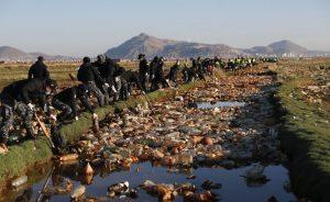 Bolivianos se unen para limpiar la basura del lago Uru Uru