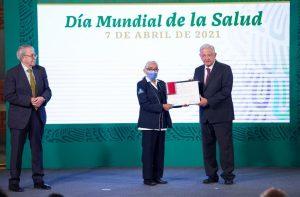 AMLO entregó reconocimientos a personal médico
