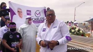 """Candidato inicia campaña en carroza fúnebre y ataúd para """"honrar"""" muertos COVID"""