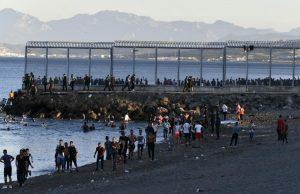 Llegan 8,000 migrantes a España; tensión con Marruecos