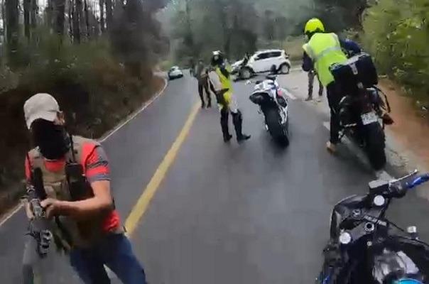 VIDEO I Sujetos armados asaltan a motociclistas en Tejupilco, Edomex Foto: Internet