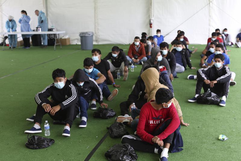 Migrantes menores alojados en albergues sin supervisión Foto: AP