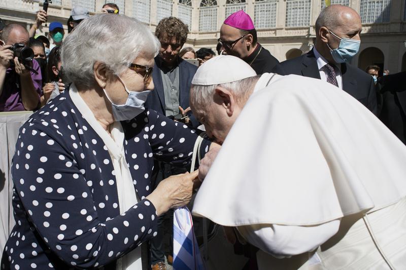 Papa besa tatuaje en el brazo de sobreviviente de Auschwitz