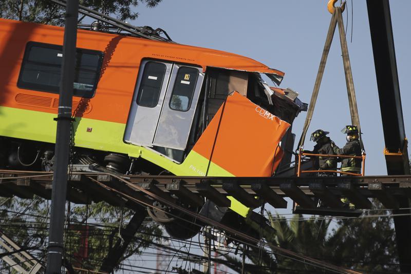 Familias lloran a víctimas de accidente en metro de México