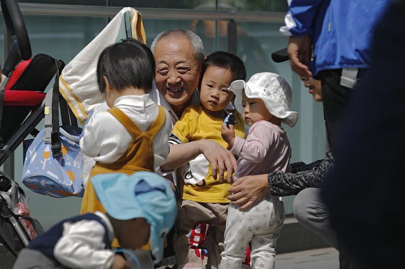 China relaja las normas de natalidad a 3 hijos por familia Foto: AP