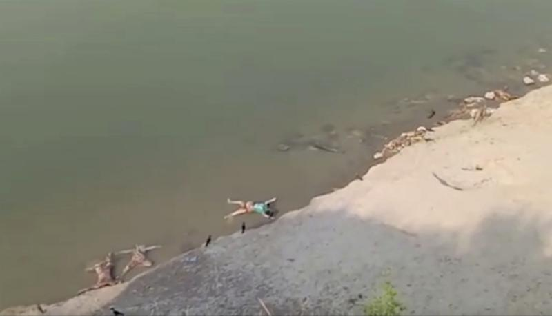 Hallan decenas de cadáveres en río en la India Foto: AP