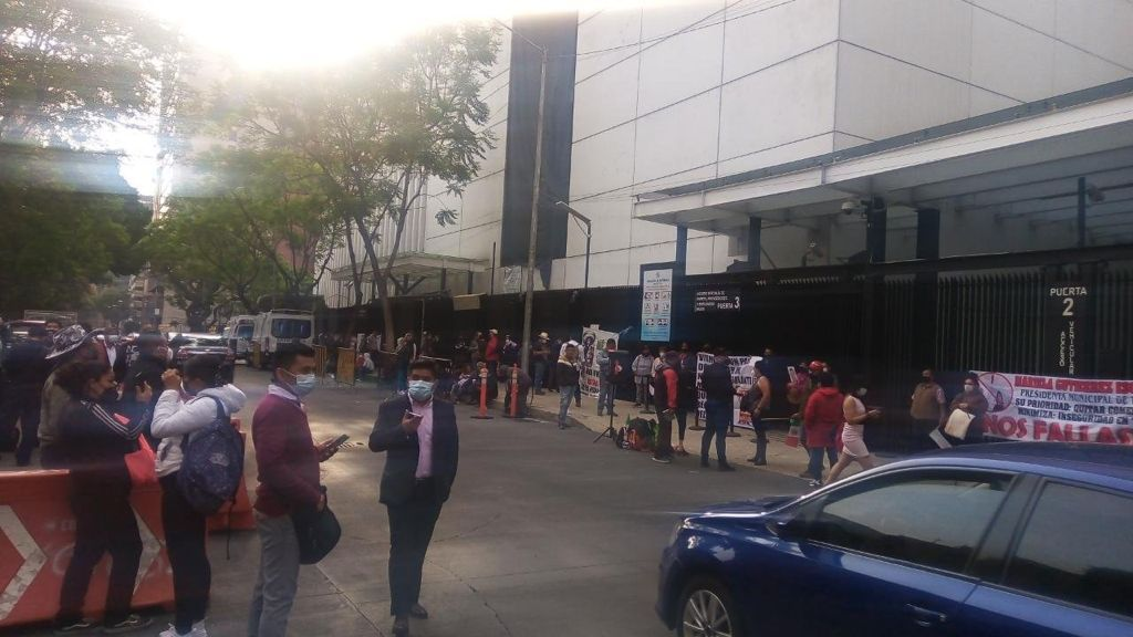 Familiares de víctimas del Metro bloquean Senado Foto: Internet
