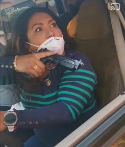Presunta policía de Edomex amenazó a personas con un arma en mano la apodan #LadyPistola