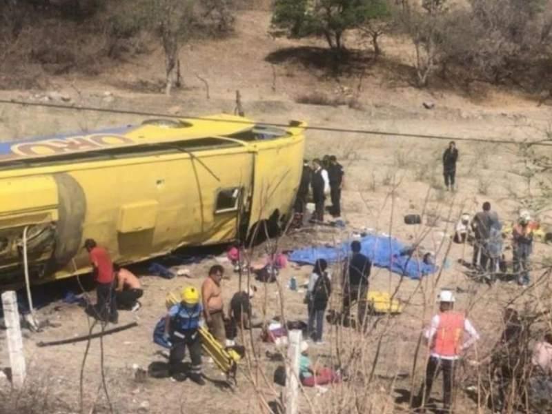 Seis muertos y 16 heridos al volcarse un autobús en México Foto: Internet