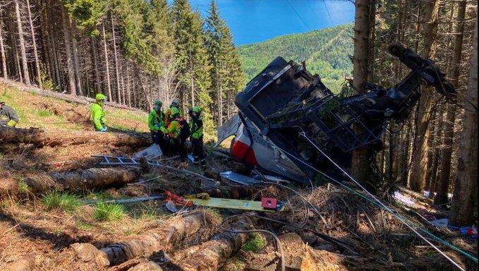 Por lo menos 12 muertos al estrellarse teleférico en Italia