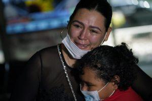 """″¡Esa es mi hija!"""", dice mujer al ver niña migrante en la TV"""