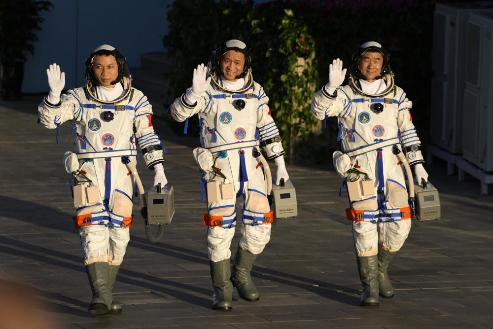 Misión tripulada china llega a su nueva estación espacial