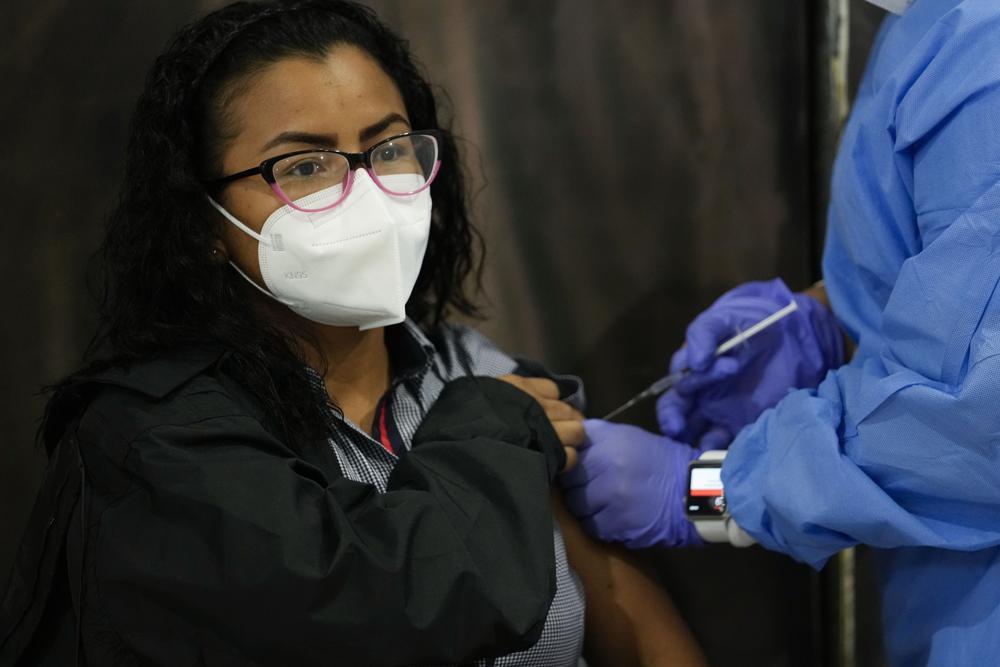 Panamá comienza a vacunar a mujeres jóvenes con AstraZeneca Foto: AP