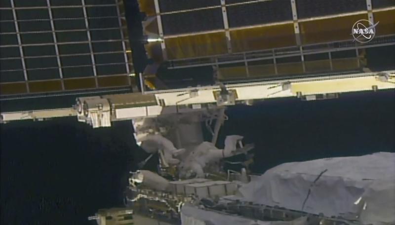Astronautas cambian paneles solares de la estación espacial Foto: AP
