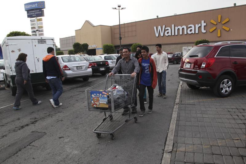 Personas mayores luchan por embolsar comestibles en México