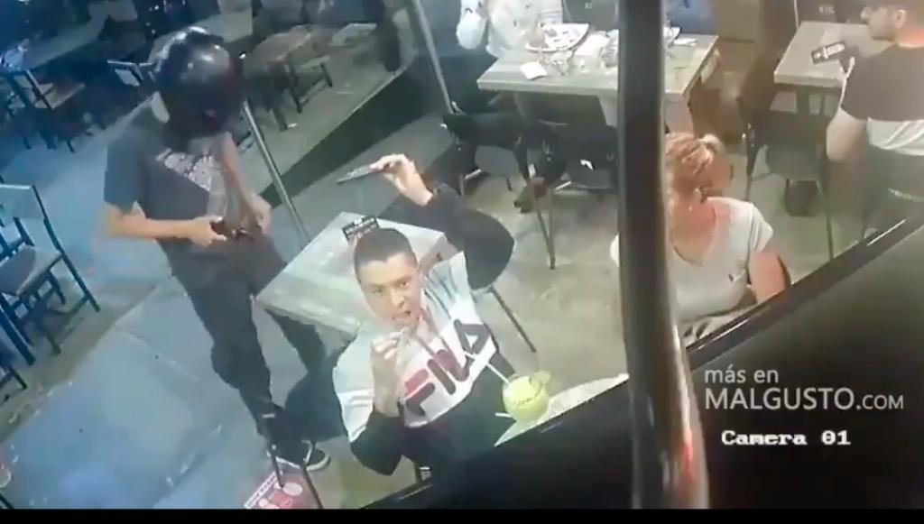 Ni asaltándolo dejó de comer, las alitas primero (Video)