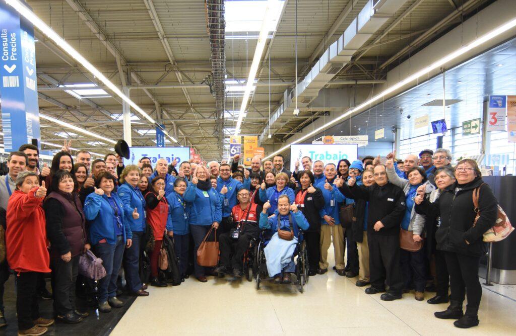 Clientes de Walmart no quieren que toquen sus compras empacadores adultos mayores