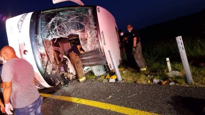 12 muertos y 10 heridos al volcar autobús en Tamaulipas