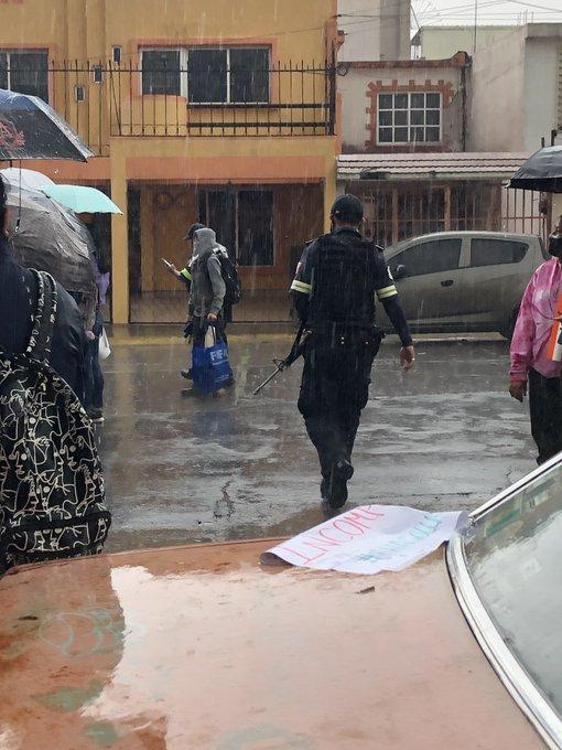Alumnos de la FES Aragón piden que se abran las puertas, las autoridades los dejan en la lluvia Foto: Internet