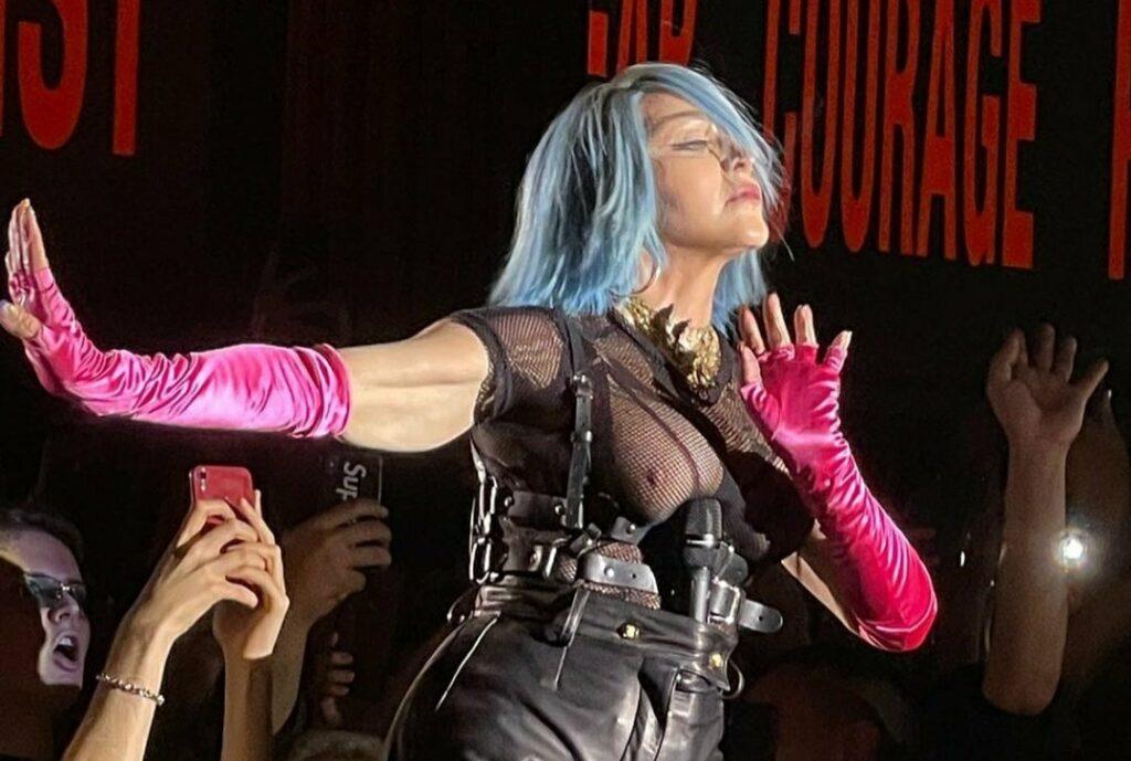 Madonna enloquece al mundo por mostrar senos en atuendo de fiesta LGBTQ+