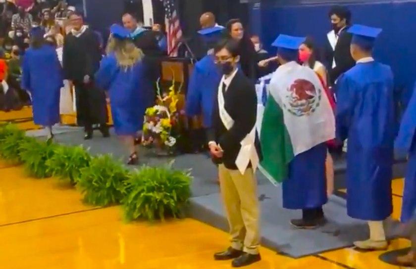 EUA: Graduado que usó bandera de México recibe su diploma Foto: Internet