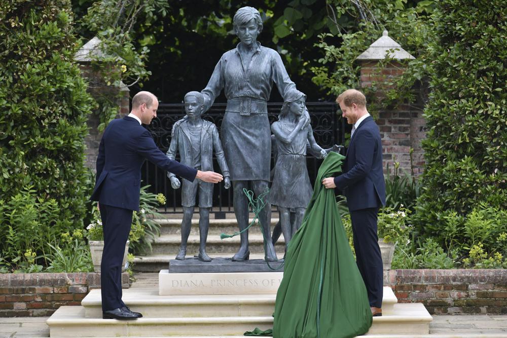 Guillermo y Enrique develan estatua de la princesa Diana