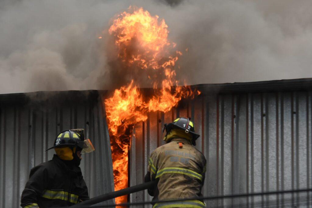 Incendio en fábrica de plásticos para autopartes en Alcaldía Benito Juárez