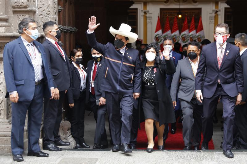 Profesor de origen campesino jura como presidente de Perú
