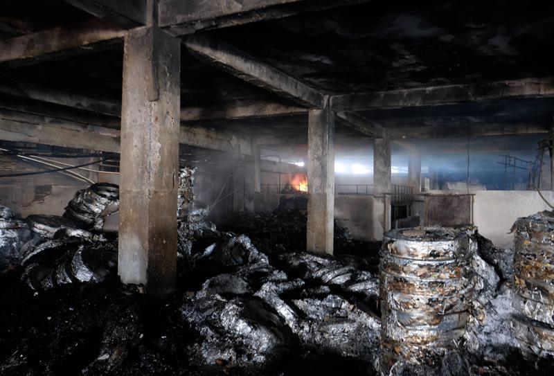 Incendio en fábrica bajo llave en Bangladesh; 52 muertos