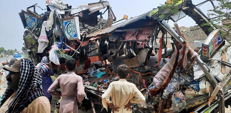 Pakistán: 33 muertos y 40 heridos en un accidente de autobús