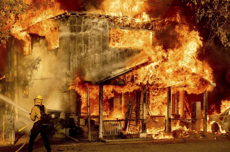 Extremo calor dificulta lucha contra incendios en EUA Foto: AP