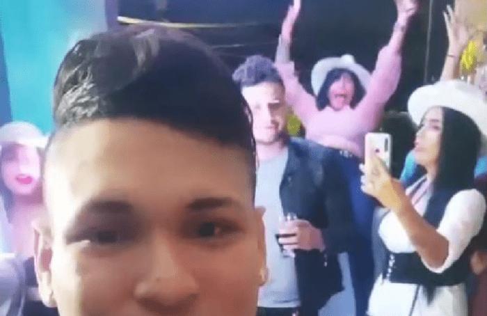 Mujer cae de segundo piso en plena transmisión de fiesta Foto: Internet