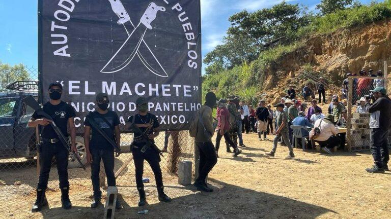 Autodefensas secuestran a 21 personas en el sur de México