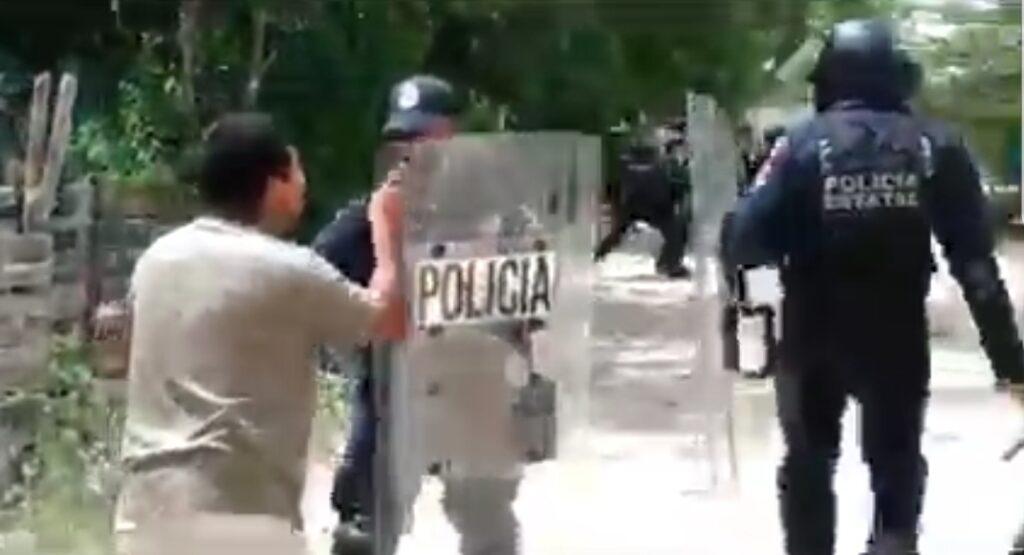Batalla campal entre pobladores y policías durante desalojo de zona invadida en Tulum. Fotos de cortesía