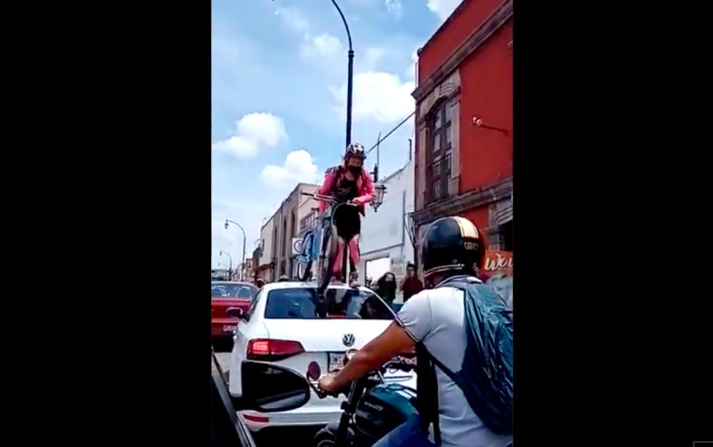 Ciclista da lección a automovilista por invadir ciclovía en Querétaro