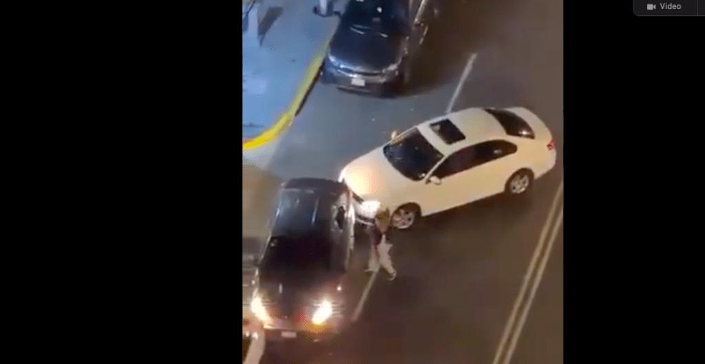 Automovilista golpeó a batazos a conductor por tapar la entrada de su casa (Video)