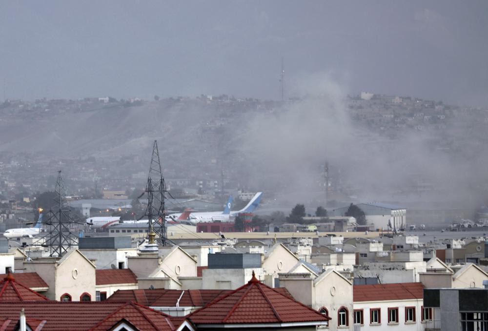 Ataques dejan 13 muertos en aeropuerto de Kabul Foto: AP