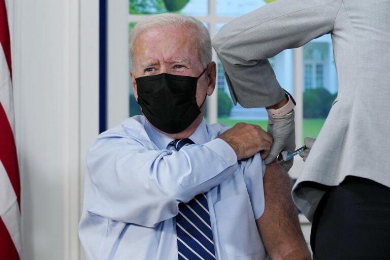 Biden y McConnell reciben vacuna de refuerzo contra el COVID