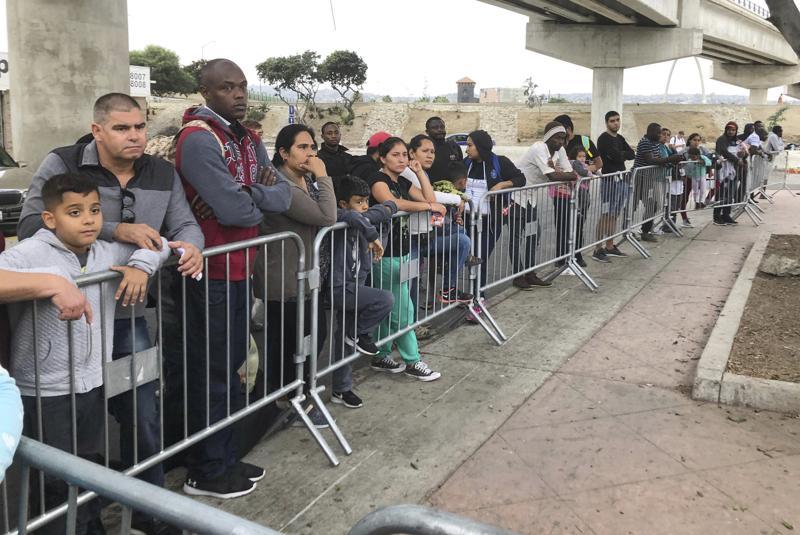 Juez declara ilegal obligar a migrantes a esperar en México Foto: AP