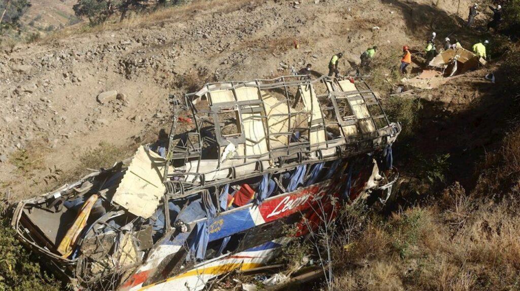 Mueren 32 personas por volcadura de autobús en Perú