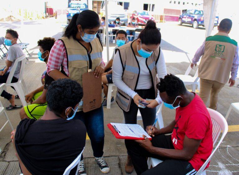 """INM e IMSS inician vacunación contra COVID-19 entre migrantes alojados en la estación migratoria """"Siglo XXI"""" **FOTOS SEGOB / INM***"""