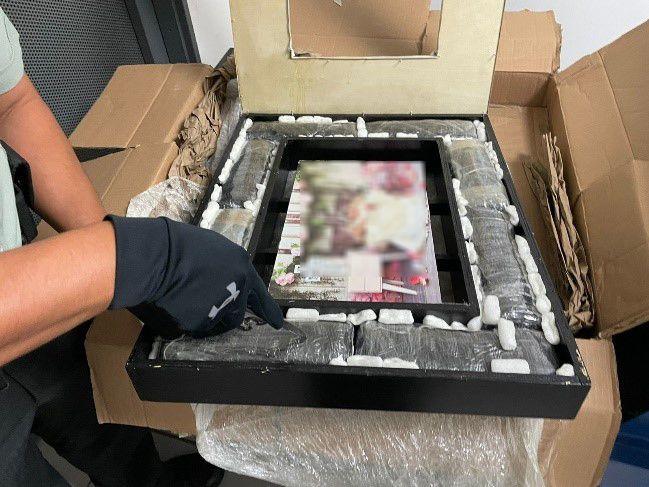 GN localizó ocho envoltorios con marihuana ocultos dentro del marco de un cuadro fotográfico ***FOTOS GN****