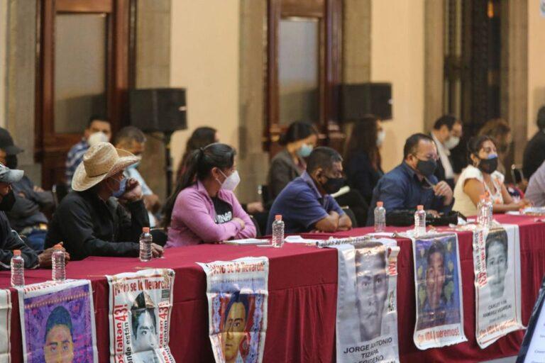 """Padres de los 43 normalistas reclaman que la FGR """"no está caminando"""" Foto: Presidencia"""