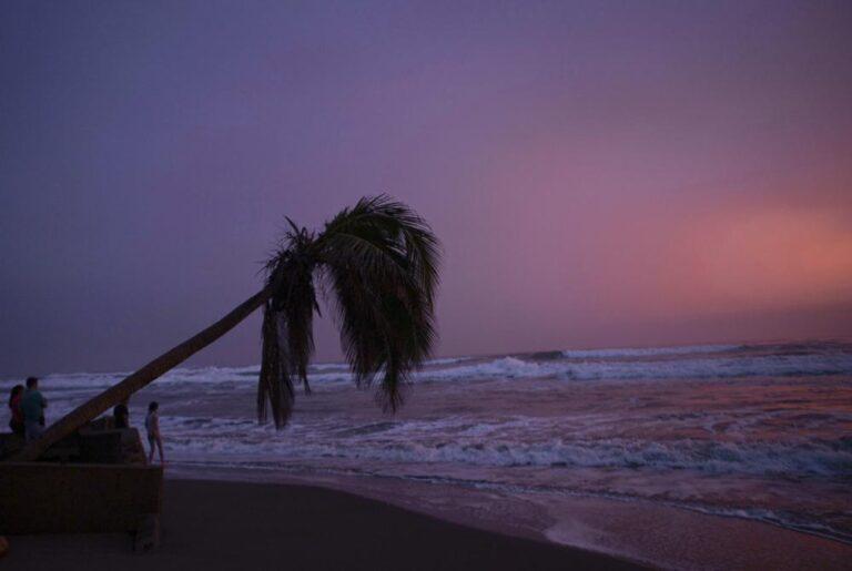 Huracán Rick toca tierra con categoría 2 en occidente México