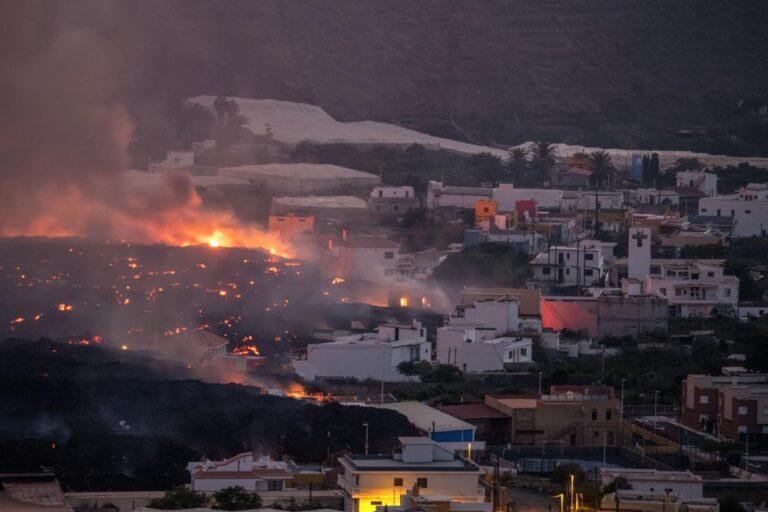 Cientos de evacuados más por el volcán en una isla española